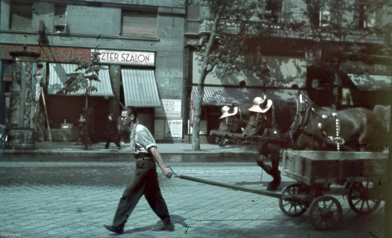 Budapest 1945. február 13-án került teljesen szovjet kézre. Az orosz csapatoknak három nap szabad rablást engedélyeztek a fővárosban, ekkor vitték el bőröndöstül Márta anyjának ruháit. A náluk tartózkodó fiatal tanítónőt korommal kenték be, majd elbújtatták, hogy a katonák ne vigyék el őt. Márta úgy emlékszik vissza, az oroszok között voltak kedvesebbek is: volt, aki vödörben hozta a csokit, de olyan is, aki csak csendben megmutatta a nyakában lógó keresztet.