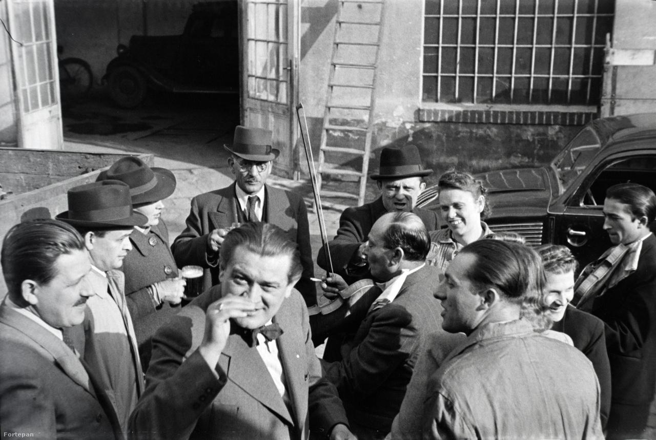 A kocsigyártó üzem előtt. Balra a garázsajtó, jobbra a szerelőműhely ablaka. Vidám társaság az épületnél 1943-ból, köztük iparosok, Márta egyik nagybátyja és nagynénje, valamint Miklós Lajos legjobb barátja, Széles József, aki a Köztársasági Hivatal aligazgatója volt a háború után egészen 1952-es haláláig.