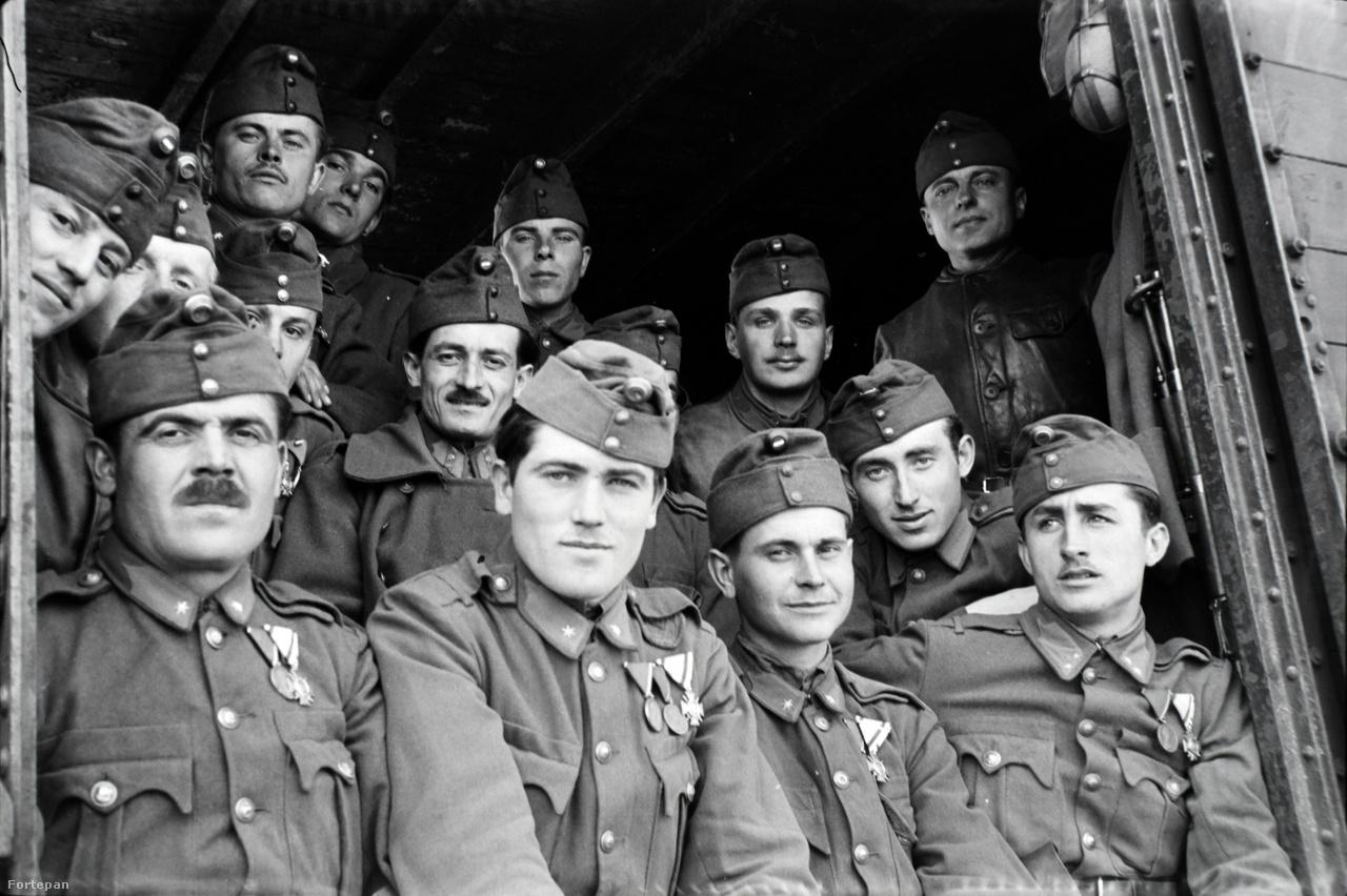 """Amikor 1938-ban kitört a második világháború, Miklós Lajost rögtön behívták katonának egyik bátyjával együtt. A legidősebbet nem sorozták be, ő végig az üzemben maradt. Miklós Lajos Nimród páncélos volt, ami - ahogy Márta szerint az otthoniaknak később mesélte - nem volt túl megbízható, mert """"könnyen meg lehetett benne halni"""". De ő maga tudta, hogy kell túlélni. Évtizedekkel később, már az egyik unokájával beszélgetve azt mondta a fiúnak: """"Ide figyelj, fiam. Ha te háborúba kerülsz, és az egyik oldalról lőnek, te mindig a másik irányba menj.""""Miklós Lajost végül összesen négyszer hívták be katonának. Olyankor Dorogra kellett mennie, mert onnan indultak. Gyakran ki sem mentek az országból, de ha igen, akkor mindig a keleti ukrán frontra vitték őket.Besorozott bátyjának a katonaság alatt gyakran a jéghideg földön kellett feküdnie, emiatt megfázott, és Bechterew-kórt kapott, ami a csigolyák összecsontosodásával jár. A férfi ezzel élete végig küzdött. Bár másképp, de ő is a háború áldozata lett."""