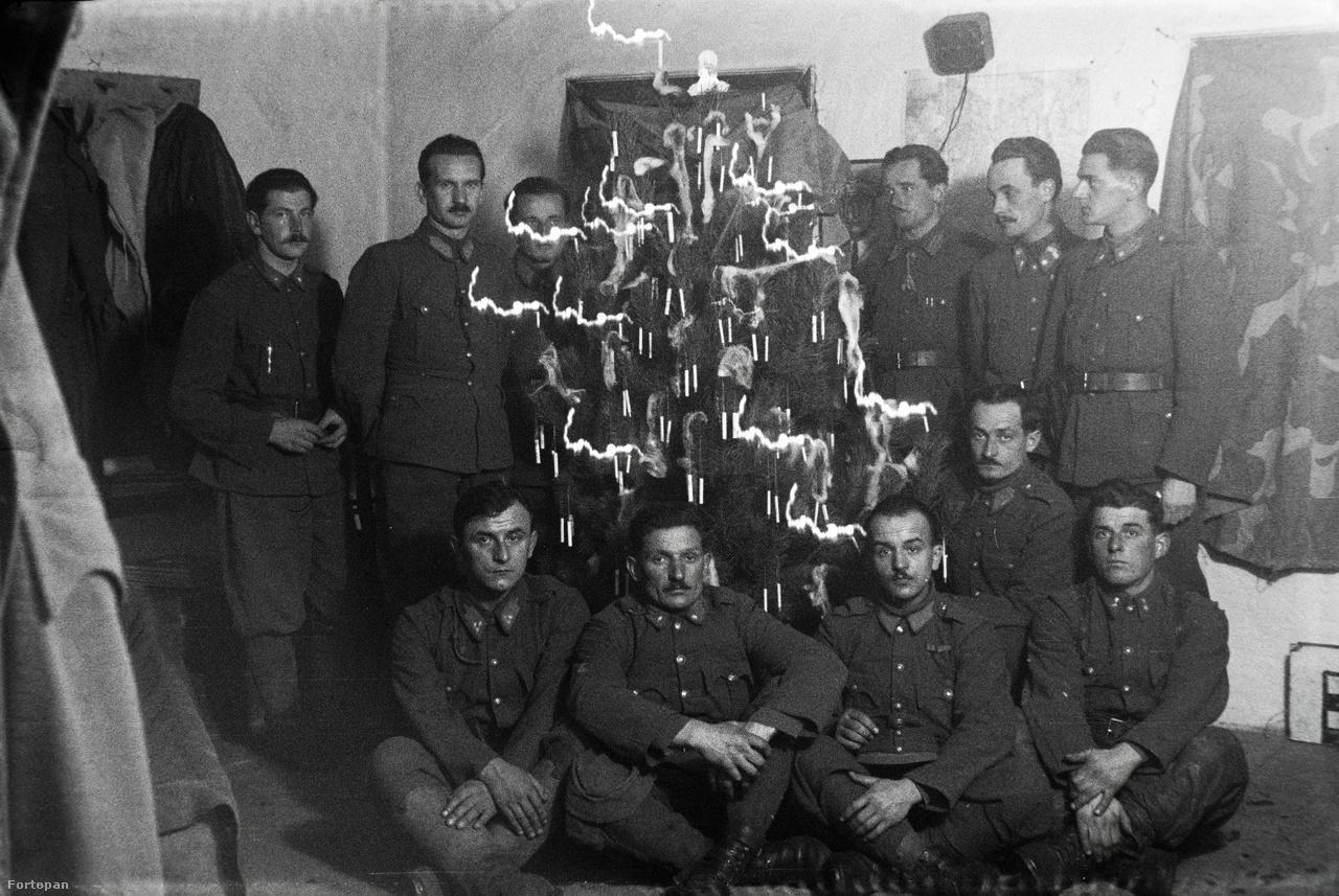 Szomorú tekintetű katonák komor arccal ülnek körbe egy karácsonyfát, távol az otthonuktól, az ukrán fronton 1942-ben. Miklós Lajos bajtársairól is rengeteg képet készített a hosszú évek alatt, persze még azelőtt, hogy harcba vonultak volna. Márta szerint apja nagyon szerette a katonatársait, és ebben az időszakban szinte mindig fotózott.