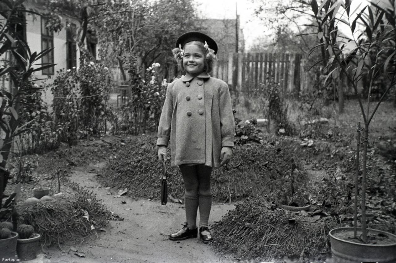 A Miklós család a háború előtt viszonylagos jómódban élt. Egy háromszobás Liget utcai lakásban laktak, nyaralójuk volt Agárdon. A fenti képen látható Márta 1938-ban született, pár évre rá már egy fiatal tanítónő járt hozzá a Liget utcába, akit apja többször is megörökített gépével. A nő apja, testvére és katonatiszt férje is nyom nélkül elveszett a háborúban. Bár könyvelőként később szakmailag sikeres lett, többé nem ment férjhez. A családnak Kőbányán, a Vaspálya utcában volt egy jól menő vállalkozása. Márta nagyapja 1908-ban alapított egy kocsigyártó üzemet, kovácsműhellyel, bognárműhellyel, esztergapados szerelőműhellyel, egy nagy garázzsal. Három fia is ott dolgozott: a legidősebb esztergályosként és lakatosként, a középső szerkezeti lakatosként és hegesztőként, Miklós Lajos pedig bognármesterként, nagyrészt ő intézte az üzlet adminisztratív részét is.