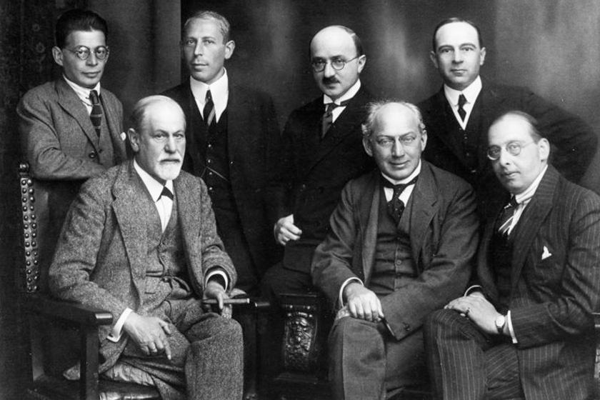 A balra lent helyet foglaló Freud mellett Ferenczi Sándor pszichoanalitikust látjuk.