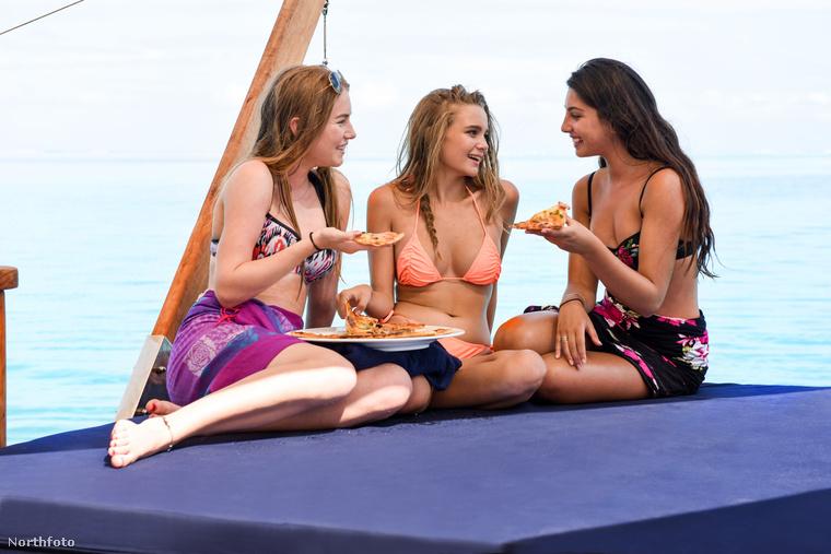 Az úszó pizzéria biztosít motoros szörfdeszkát és jetskít is a vendégek számára.
