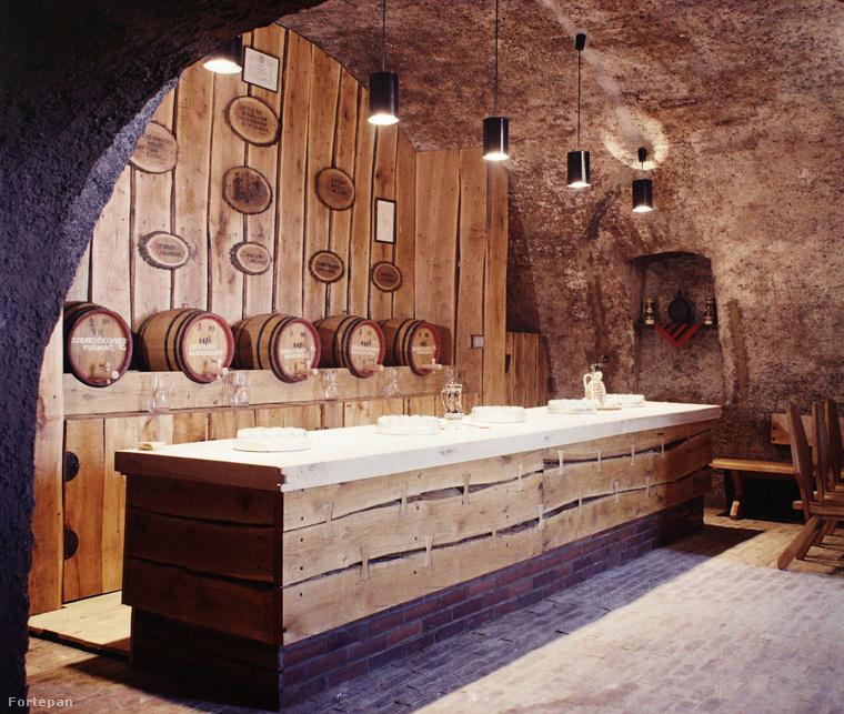 A Helikon taverna borozó 1969-ben, Vonyarcvashegyen