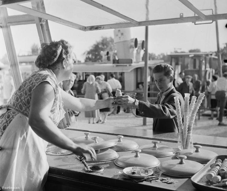 1959, Siófok, fagyizó a kikötőnél