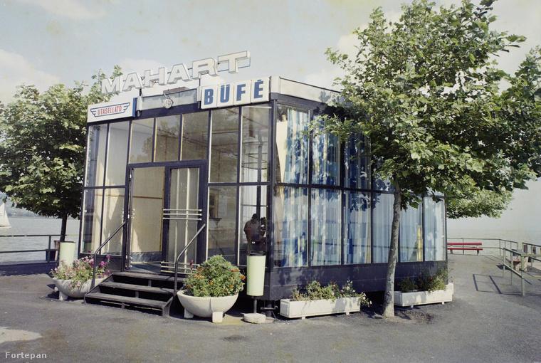 Csupa-üveg kialakítása miatt szaunának is beillő Utasellátó büfé 1977-ben Keszthelyen, a hajóállomásnál.