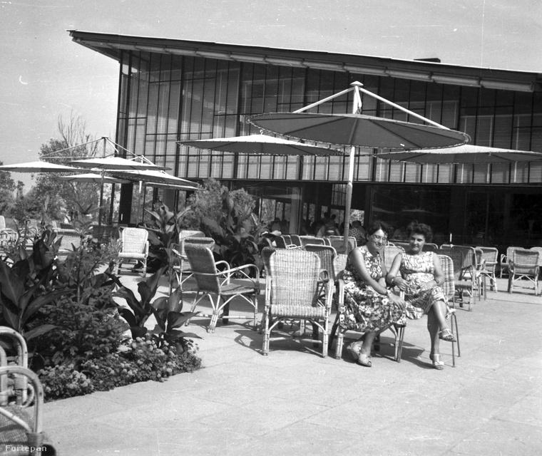 A tihanyi Motel étterem ma is modernnek ható napernyői alatt ücsörgő két nő ruhája szintén simán elmenne ma is divatos darabnak