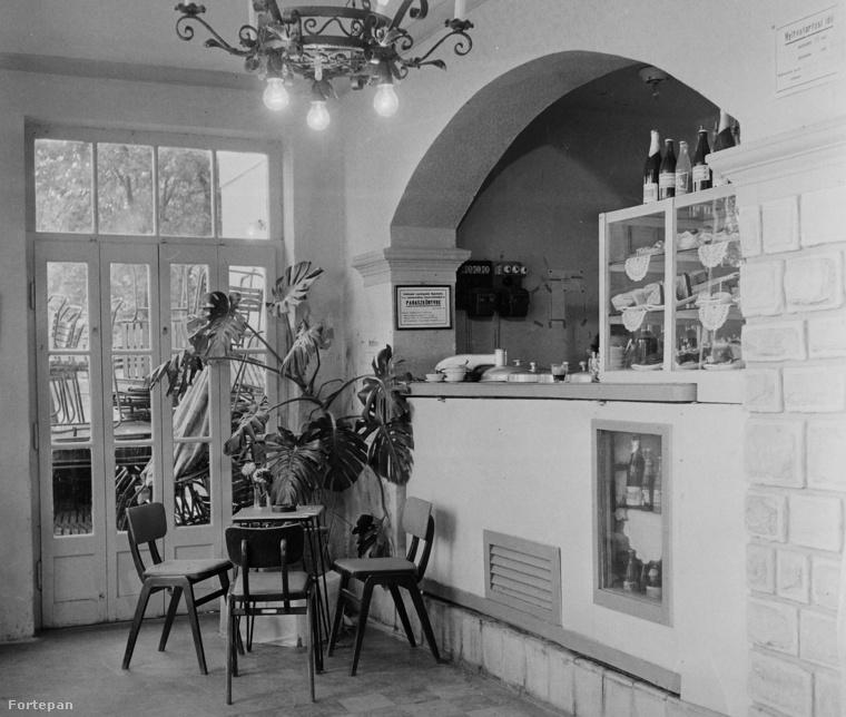 A csipkés papíralátéteket leszámítva a révfülöpi Ibolya cukrászda 1961-es enteriőrje ma is gond nélkül beillene hipszterkávézónak