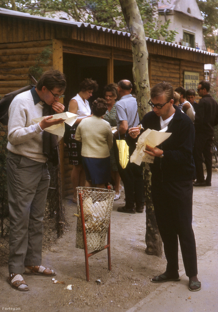 Gyapjúpulóverben és a hazai öltözködési kultúrából azóta is kikopni képtelen zokni-szandál kombóban burkolnak sajtos-tejölfös lángost a fiatalemberek 1968-ban