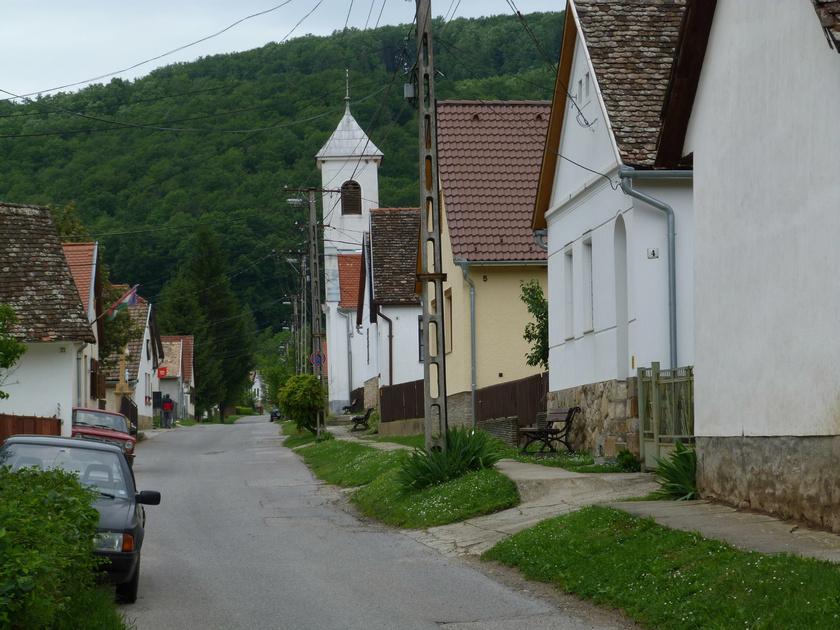 Óbánya az Öreg-patak völgyében bújik meg, egyetlen utcájában sorakozó házai máig őrzik a régi építészeti hagyományokat.