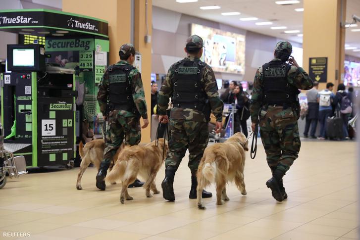 Rendőrjárőrök a perui Jorge Chavez repülőtéren