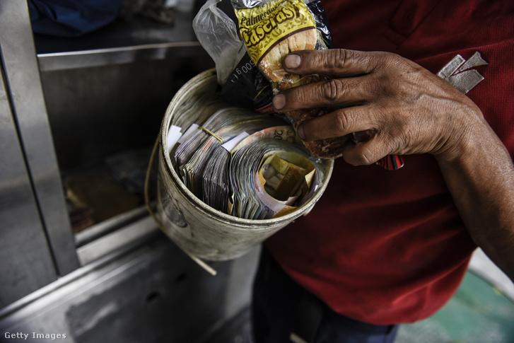 Caracasi benzinkutas egy doboznyi bolivarral