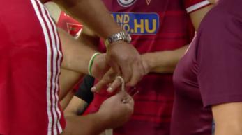 A Debrecen cserével kezdte a bajnokit, mert játékosa nem tudta lehúzni ujjáról a gyűrűjét
