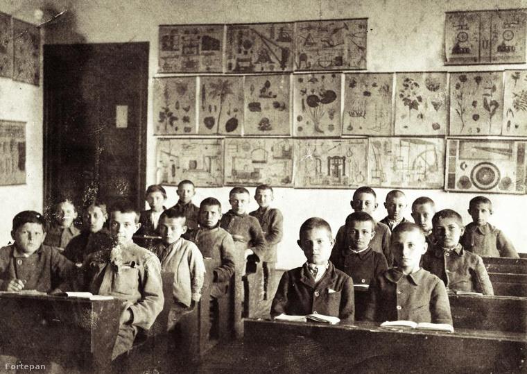 Ez a fotó több mint 100 évvel ezelőtt készült egy növénytani és egyéb ábrákkal alaposan telepakolt tanteremben