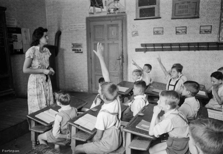 Nektek még kellett hátratett kézzel ülnötök az iskolában mint ezeknek a diákoknak 1949-ben?