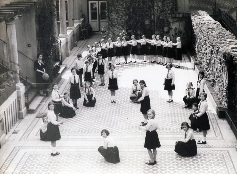 Egyenruhás iskolások játszanak az udvaron 1937-ben