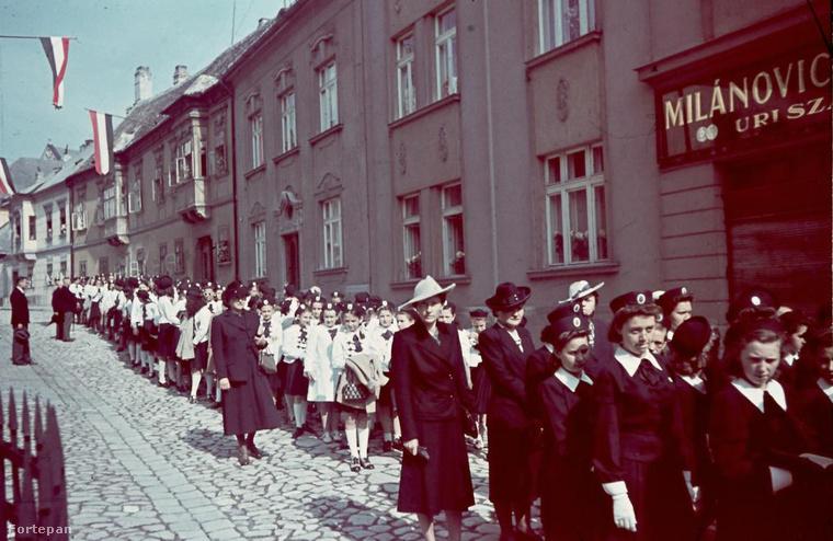 Káptalandomb, Szent László napi körmenet a Gutenberg tér felől nézve