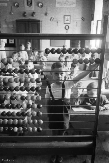 Ez aztán abakusz! Hol voltak itt még a jó kis számológépes Casio órák, amivel a mi időnkben a fiúk menőztek.
