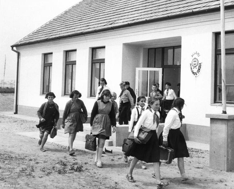 Úttörők indulnak haza az iskolából