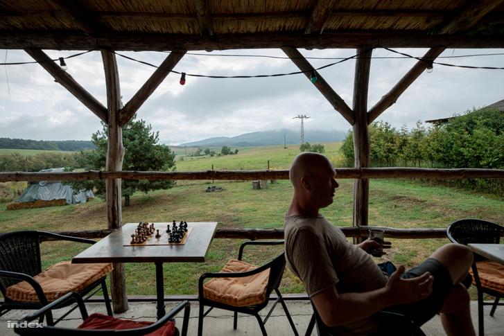 Egy holland vállalkozó, Elroy Thümmler beleszeretett a tájba és néhány év alatt - három kivételével - megvásárolta a falu házait