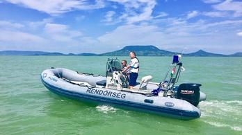 Egy nap alatt tíz embert kellett a Balatonon partra vinniük a rendőröknek