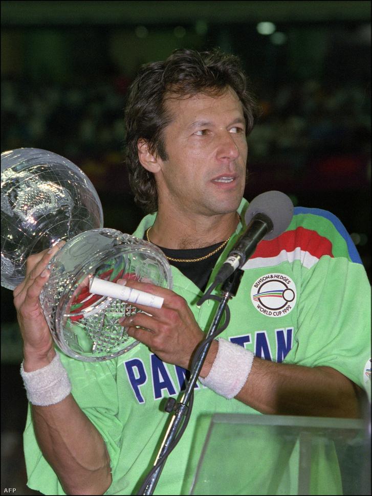 A csapatkapitány Khan 1992-ben, a krikett világkupával, miután Pakisztán legyőzte Angliát