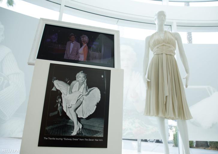 Marilyn Monroe híres fehér ruhája a néhai amerikai színésznő életéből származó jelmezek és tárgyak kiállításán a kaliforniai Beverly Hillsben 2018. augusztus 17-én. Balról az ikonikussá vált kép, amelyen a metró szellőzőjéből kiáramló fuvallat belekap Monroe szoknyájába a Hétévi vágyakozás című Billy Wilder film forgatásán, 1954. szeptember 15-én, New Yorkban.