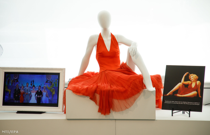 Marilyn Monroe egyik híres, piros ruhája, amit a jobbra látható fotó készültekor is viselt.