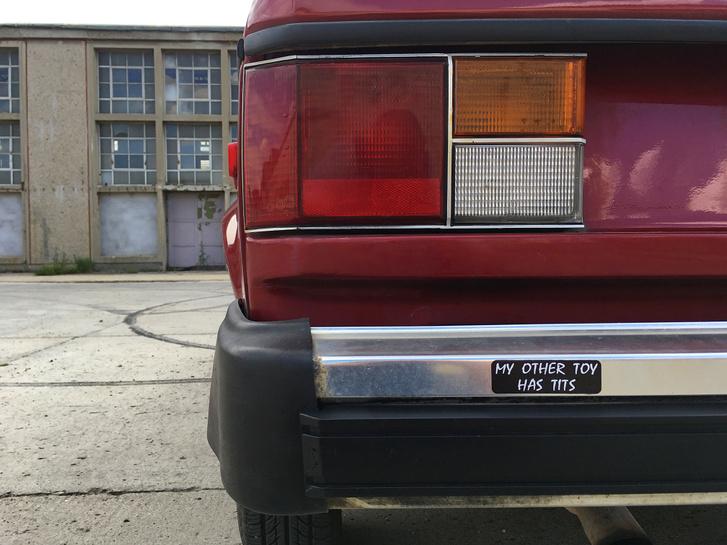 Na, ez a Bumper Sticker tökéletesen illik az autó stílusához - még ha nem is olyan kocsi egy Dodge Omni,amit az ember játszós autónak venne