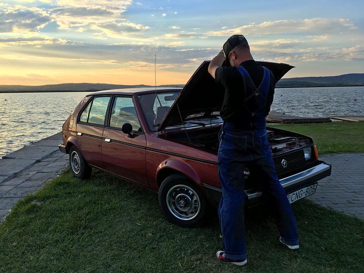 Na jó, ennyire nem volt rossz, de hát lepattant redneck tanyasi autó mellett az embernek eszébe jut, hogyan is pótolnák egy texasi farmon a hűtővizet, vagy ha lett volna benne, az AdBlue-t