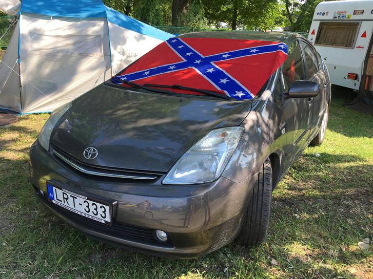 Na, ez az igazi lázadó, a True Rebel: konföderációs zászlóval és Toyota Prius-szal megy az amerikai autós találkozóra