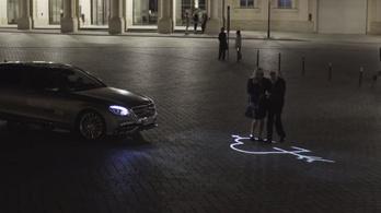 Megdicséri a járókelőket a legújabb Mercedes lámpa
