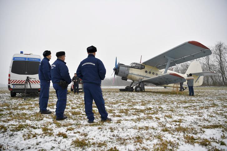 Rendőrök helyszínelnek egy ukrán lajstromjelű AN-2 típusú repülőgép mellett Kállósemjén határában 2018. január 17-én. A repülőgépen 11 bevándorló jutott be Magyarország területére január 15-én este. A rendőrök jelentős erőkkel, nyomkövető kutyák és hőkamerák segítségével terepkutatást végeztek, majd rövid időn belül elfogtak három afgán és nyolc vietnami állampolgárt, akiket őrizetbe vettek.