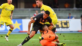 Eltört a Ronaldóval ütköző Chievo-kapus orra