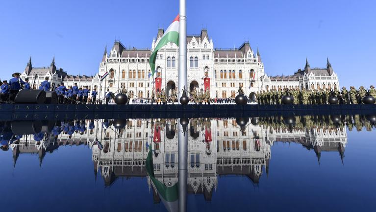 Augusztus 20.: kikerült a kereszt a Parlamentre