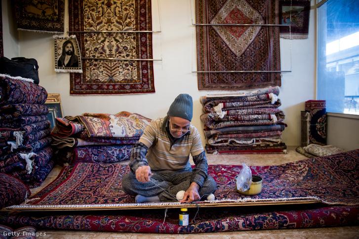 Persza szőnyeget csomóznak Teheránban
