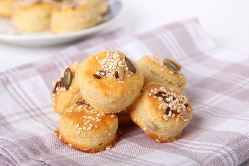 Pillekönnyű, omlós, kefires-sajtos pogácsa: ennél egyszerűbb már nem is lehetne