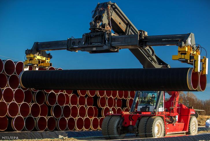 Daruval rakodják az Északi Áramlat (Nord Stream) földgázvezeték új 1200 kilométer hosszú vezetékpárjának megépítéséhez szükséges elemeket az északkelet-németországi Sassnitz-Mukran kikötőjében 2016. december 6-án.
