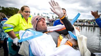 11 holland városon át úszott volna 200 km-t, de hordágyon vitték el