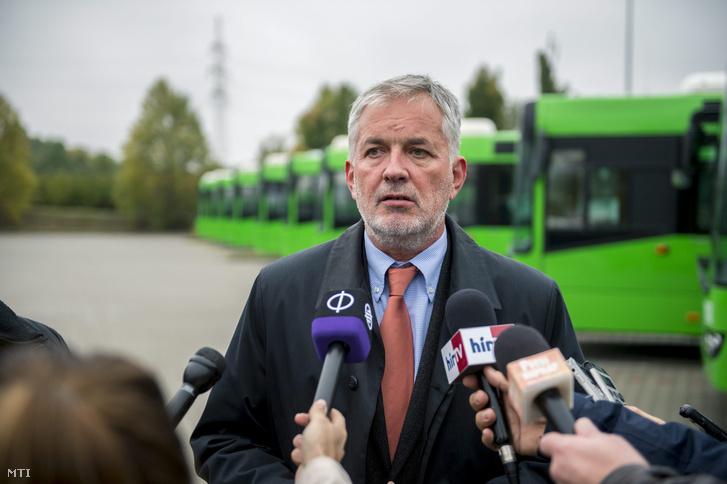 Páva Zsolt polgármester (Fidesz-KDNP) sajtótájékoztatót tart az önkormányzati buszbeszerzési programról a pécsi kertvárosi buszpályaudvaron 2015. október 16-án.