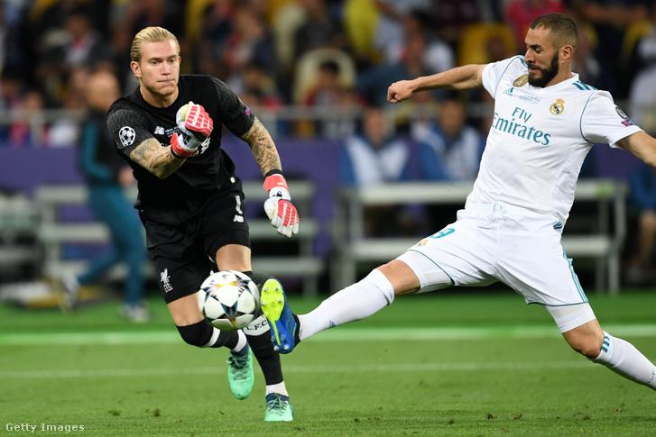 Loris Karius hibájából gólt szerez a Real Madrid-csatár Karim Benzema a 2018. május 26-i Bajnokok Ligája-döntőn Kijevben