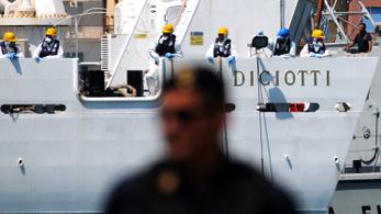 Migránsokkal vesztegel egy hajó Olaszországnál, nem engedik kiszállni őket
