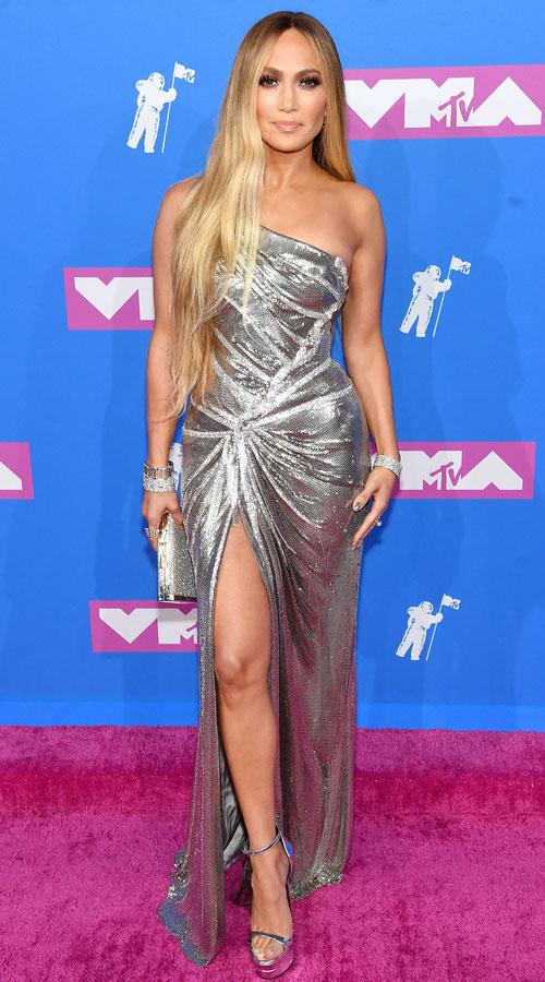 Jennifer Lopez egy gyönyörű, ezüst estélyit választott az idei MTV Video Music Awards-ra. A ruháját gyémántból készült kiegészítőkkel dobta fel.