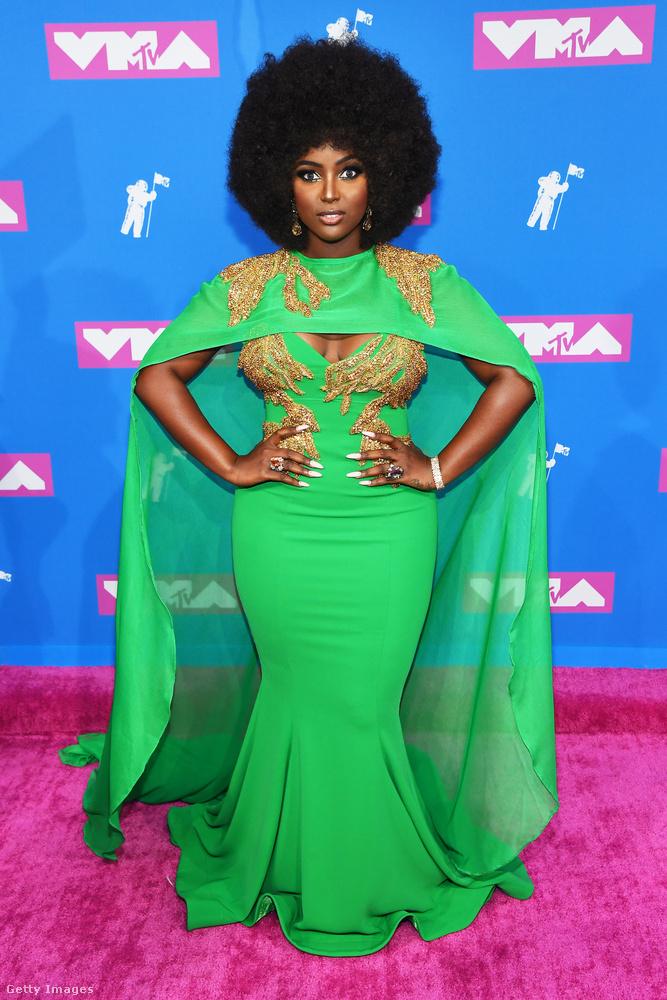 Amara La Negra énekesnő szintén nem fekszik le semmilyen trendnek: klasszikus, vagyis inkább időtlen szettel változik át fekete istennővé
