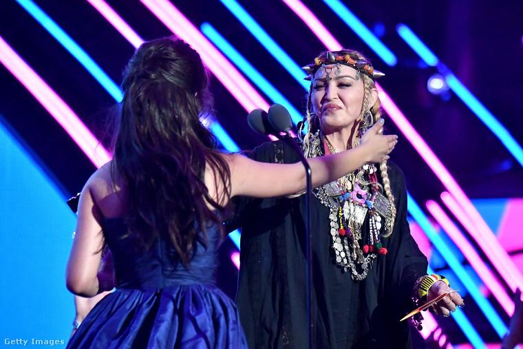 És ez még nem minden, Madonna átadta az év videóklipjének járó díjat, amit Camila Cabello kapott a Havana című számért
