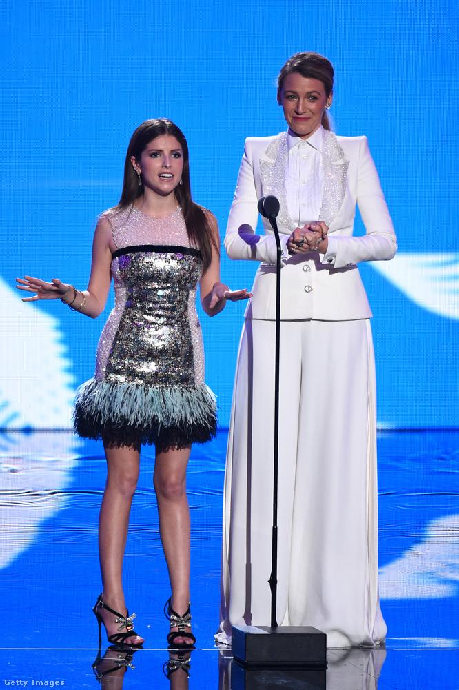 Ők Anna Kendrick és Blake Lively színésznők, akik együtt konferáltak a műsorban