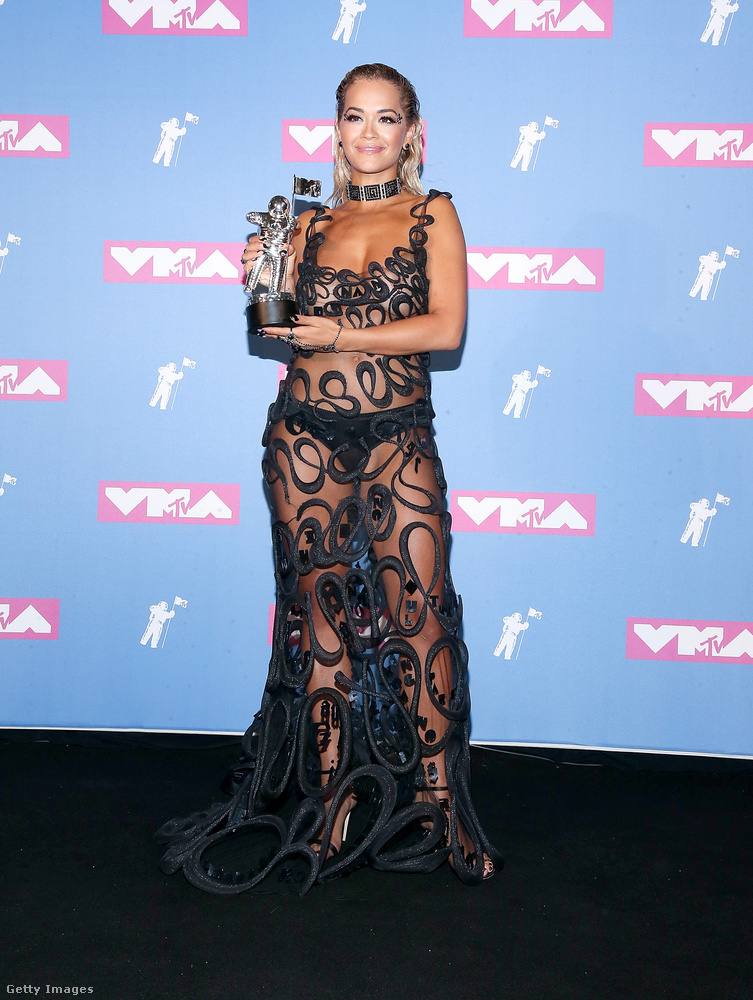 Többek között Rita Ora folytatta a múlt éjjel az átlátszó ruhák trendjét, hát gratulálunk neki ehhez a gyönyörű bugyihoz