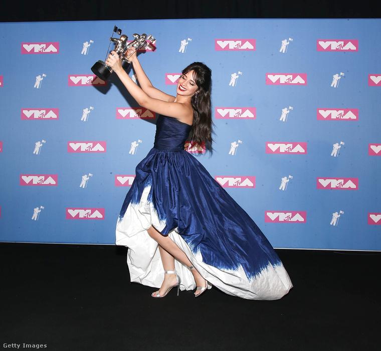 Na és itt ünnepel az est nagy győztese, Camila Cabello, akit Madonna ugyan lefitymált, de szerintünk meg tök jópofa a ruhája.