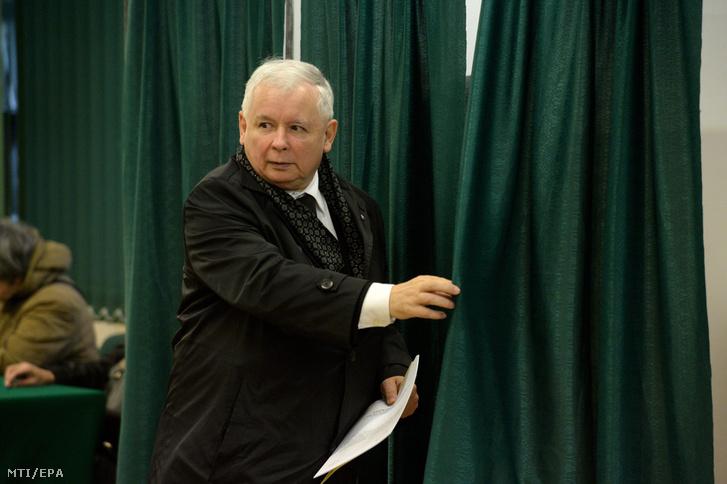 Jaroslaw Kaczynski volt lengyel miniszterelnök a konzervatív Jog és Igazságosság pártja (PiS) elnöke mielőtt leadja szavazatát egy varsói szavazóhelyiségben 2015. október 25-én a lengyel parlamenti választások napján.