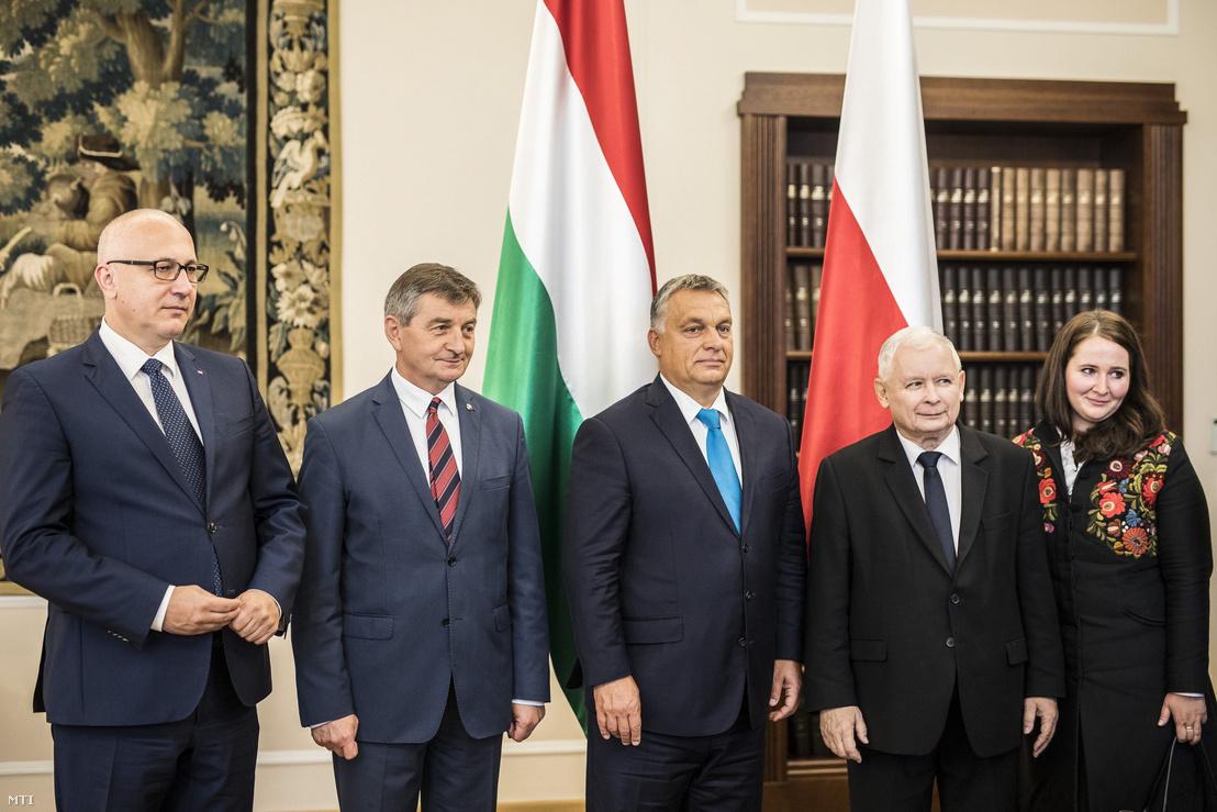 Jarosław Kaczyński, a kormányzó lengyel nemzeti konzervatív Jog és Igazságosság Pártjának (PiS) elnöke (j2), Marek Kuchciński, a lengyel parlamenti alsóház a szejm elnöke (b2), Joachim Brudziński, a PiS soraiból megválasztott alsóházi elnökhelyettes (b) fogadja Orbán Viktor miniszterelnököt Varsóban 2017. szeptember 22-én